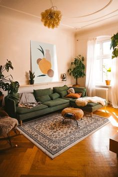 Boho Living Room, Home And Living, Cozy Eclectic Living Room, Earthy Living Room, Cozy Living Rooms, Green Living Room Furniture, Vintage Living Rooms, Living Room Decor With Plants, Living Room Decor Green Couch