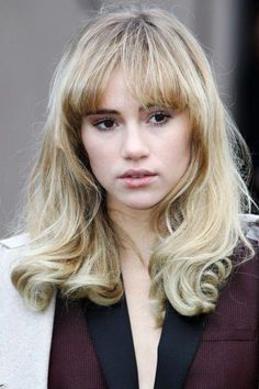 Suki Waterhouse with her blonde bangs Bobbed Hairstyles With Fringe, Messy Bob Hairstyles, Vintage Hairstyles, Hairstyles With Bangs, Pretty Hairstyles, Updo Hairstyle, Prom Hairstyles, Hairstyle Ideas, 60s Hair