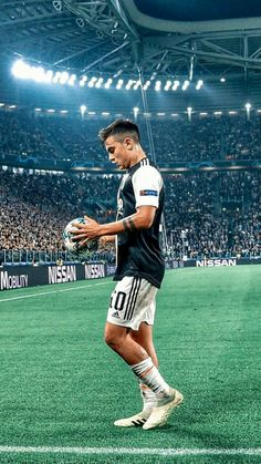 mentions J'aime, 8 commentaires - Soccer Best Football Players, Football Boys, Soccer Players, Juventus Soccer, Juventus Fc, Soccer Senior Pictures, Soccer Backgrounds, Soccer Photography, Uefa Champions League