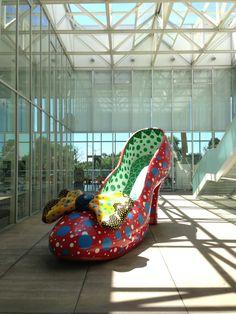 アーティスト:草間彌生「赤い靴」  http://open-air-museum.org/