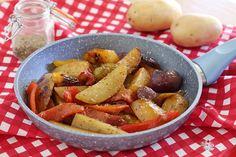 Contorno o secondo piatto a voi la scelta....Le patate in padella con peperoni all'origano sono molto gustose e di facile realizzo ...