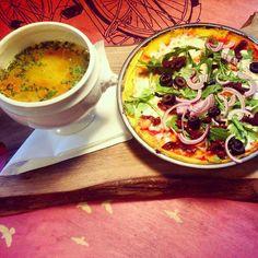 Pachnący rosołek i przepyszna pizza na kukurydzianym spodzie z rukolą, oliwkami i suszonymi pomidorami #letarg #letargbistro #eat #eating #food #foodporn #instafood #foodgasm #hungry #lunch #lunchtime #poznan #restaurant #pizza #rosol #soup #pzn #foodinpzn