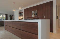 Mooie massief notenhouten keuken gecombineerd met modern wit