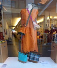 """Taschen """"kokett"""" im Schaufenster im mehrundwert.ch in Aarau Madewell, Lisa, Tote Bag, Bags, Store Windows, Handbags, Totes, Bag, Tote Bags"""