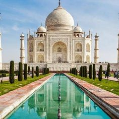 """by @worldssecrets #mytajmemory #IncredibleIndia #tajmahal The Taj Mahal is an ivory-white marbel mausoleum built between 1631 and 1648 with more than 20000 workers and 1000 elephants in a mix of styles (Islamic Persian Indian and Turkish). It was commissioned by the emperor Shah Jahab in honor of his favorite wife Mumtaz Mahal Its name comes from Taj which means crown and Mahal as the wife's name meaning """"the crown if Mahal"""" El Taj Mahal es un conjunto de edificios construido en marmol…"""