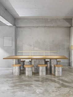 Deco Furniture, Furniture Layout, Communal Table, Green Rooms, Co Working, Cafe Interior, Cafe Design, Dining Table Chairs, Office Interiors