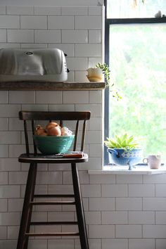 i like how the subway tile continues on the wall all the way around the kitchen, not just under the cabinets.
