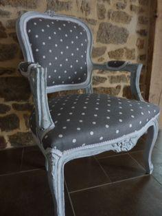 retapiss un voltaire pois gris et blanc effet d 39 usure peinture liberon voltaire. Black Bedroom Furniture Sets. Home Design Ideas