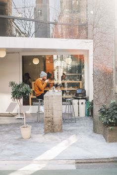 Interested in entering the cafe business and building it in the highlands? Here goes some outdoor cafe designs in the world that can inspire you! Coffee Shop Bar, Coffee Shop Design, Coffee Shop Japan, Cafe Restaurant, Restaurant Design, Cafe Japan, Outdoor Cafe, Outdoor Seating, Cafe Seating
