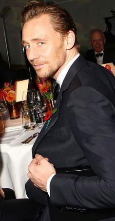 """calgal48: """"citant-shakespeare à canards-:"""" Je devrais le savoir mieux que de manger tout en faisant défiler le tag Hiddleston. Ce baiseur ici ^^^ me fit respire fortement et je DAMNED près étouffé sur une frite """"Voir il est vrai fast-food est mauvais pour vous ...."""