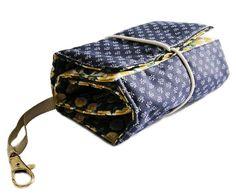Organizador para bolsa, prático e bonito, para colocar chave, dinheiro, cartões, pente, batom, celular, etc.  Acolchoado, confeccionado com tecido de algodão. Vem com mosquetão para pendurar a chave. Com 7 divisórias de tamanhos diferentes.