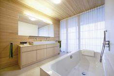 Badewanne aus Stahl-Email mit Einhebelmischer und Handbrause • Dusche mit Punktabfluss, gemauerte Duschwände, Holzdecke (LED-Spot), Ablagenische, Thermostatarmatur, Kopfbrause und Handbrause • Möbelwaschtisch mit Aufsatzwaschbecken aus Keramik und 2 Einhebelmischern • WC mit Lüftung Badmöbel aus Weißtanne, Spiegel mit Licht • fugenloser Boden aus Lehmkasein •Fußbodenheizung•HSH-Installatör • Holz die Sonne ins Haus • ROT-HEISS-ROT Led Spots, Alcove, Bathtub, Timber Ceiling, Bath Tub, Sun, Steel, Red, Bath Tube