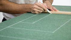 ¿Te gusta el fútbol? Ahora puedes jugar en tu salón. Aprende a hacer un campo de fútbol chapas con un tablero de madera y moqueta verde y salta al terreno de juego ;)