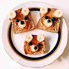 comida para niños: ositos hechos con pan bimbo untado con nocilla, oreja y hocico con rodajas de plátano y detalles con arándanos.