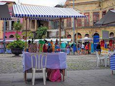 Comércio de rua numa área ainda decadente na Gamboa, Rio de Janeiro, Brasil.