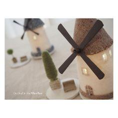 「風車の村の家ランプ」 こちらにも風車付けてみました。 * * * #家ランプ #羊毛 #羊毛フエルト #家 #風車 #felt #wetfelt #craft #灯り#明かり#羊毛フェルト作品 #羊毛建築 #オーブン陶土 #ハンドメイド #handmade #手作り#手仕事 #house #chikuchikubanban