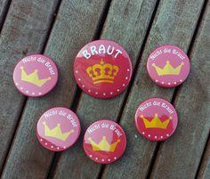 Button-Set für einen Junggesellinnen-Abschied PINK & MIT KRONE!  ♦ Für die Braut gibt es natürlich einen großen Button und für 5 weitere Begleitungen, diese pinken Buttons sind im Format 37...
