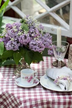 Outdoor dining: Lilacs, pretty Gingham Tablecloth,...plus lovely china with dainty purple flowers, and vintage glasses...      ....(http://www.anetteshus.com)