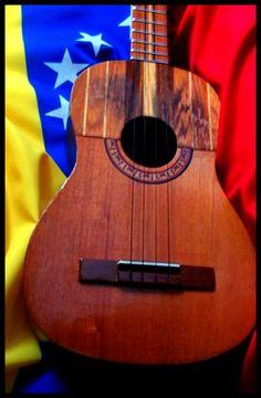 """Instrumento típico de Venezuela. """"El Cuatro con la Bandera Nacional"""""""