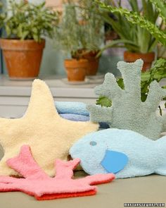 With a few brightly colored hand towels and our template, you can create fanciful bath mitts inspired by creatures of the sea. Best of all, these fish, coral, and starfish are sure to encourage your children to bathe in the warm, safe waters of their tubs.