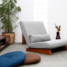 42段階のリクライニングが可能。木の風合い豊かな大人座椅子。専用クッションは枕にしたり腰あてにしたりと便利。和・洋どちらにも合う座椅子です。