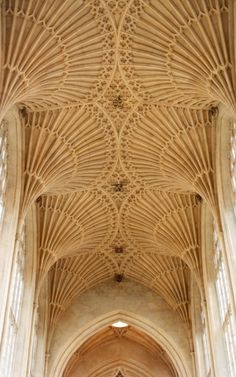 The famous fan vaulting in the nave of Bath Abbey, designed by Robert and William Vertue in c.1500-39 and reconstructed by George Gilbert Scott in the 1860s. Bath, Somerset, England.