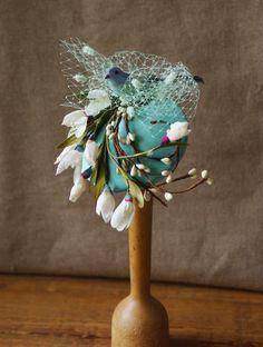 Zeig doch mal den Vogel! Noch ein Frühlingsbote für die elegante Sonnenanbeterin: Hütchen bezogen mit Stoff in einem schönen türkis. Darauf orig. Vintage-Blüten - zarte Schneeglöckchen in...