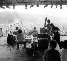 Een optreden van een band in het Kralingse Bos waar het Holland Pop Festival plaats vind. Rotterdam. 26 juni 1970.