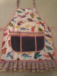 delantal pajaritos, combinado con rayas multicolor y bolsillo grande con diviciones