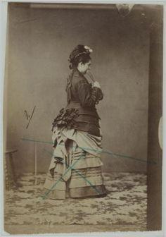 Female 3/4 back | paris Museums