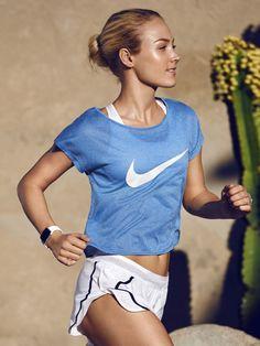 Wenn die Temperaturen steigen, muss man auch die Sportswear anpassen. Die Mesh-Kombi von Nike ist optimal fürs Joggen, aber auch intense Sessions á la Freeletics. Das atmungsaktiveCity Cool Swoosh Shirt im lässigem Oversize-Fit für maximale Bewegungsfreiheit, um 40 Euro, und die leichte Aeroswift Race Short mit leichtem Mesh in wichtigen Bereichen bietet angenehm kühlen Tragekomfort, um 65 Euro. Für perfekten Halt sorgt der Pro Fierce Bra, um 40 Euro.window.vn…