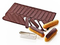 For cutting slabs of chocolate, marzipan or crunchy cream for decorating eclairs. Stainless steel cutter with brace belt. French Desserts, No Bake Desserts, Easy Desserts, Dessert Recipes, Profiteroles, Eclairs, Eclair Patisserie, Desserts Drawing, Vegan Plate
