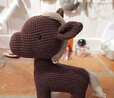 Pour ma nièce de cœur j'ai réalisé ce cheval au crochet. Sur le modèle de la licorne. Voici une étape intermédiaire. Et le résultat final, qu'elle adore ! Voici, Creations, Crochet, Leather Working, Unicorn, Horse, Ganchillo, Crocheting, Knits