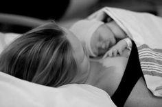 7conseils pour vivre un accouchement à l'hôpital comme à la maison  L'accouchement à domicile n'est pas forcément accessible à toutes les femmes, que ce soit pour des raisons médicales, pour des raisons financières ousimplement par peur de sauter le cap. Mais alors, comment peut-on concilier