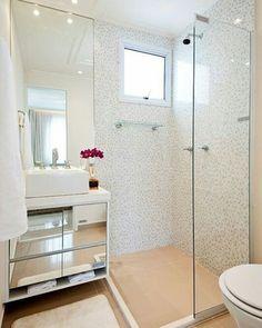 Boa noite! Que tal banheiro pequeno clean? Decoração simples e elegante, para agradar a gregos e troianos. 📸 Pinterest #blogmeuminiape #meuminiapartamento #apartamentospequenos #inspiração #banheiro #banheiropequeno #lavabo #decoração