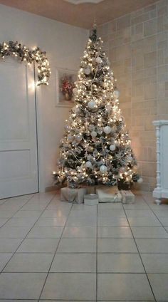 53 Best Apartment Decorating Ideas for Holiday and Winter - Happy Christmas - Noel 2020 ideas-Happy New Year-Christmas Christmas Tree Design, Beautiful Christmas Trees, Christmas Tree Themes, Elegant Christmas, Xmas Tree, Christmas Tree Decorations, Christmas Home, Merry Christmas, Christmas Holidays