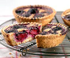 Allez à la cueillette des mûres et faites ensuite ces délicieux petits gâteaux aux mûres. Blackberry Cake, German Cake, Köstliche Desserts, Cake Cookies, Yummy Treats, Sweet Tooth, Sweets, Homemade, Baking