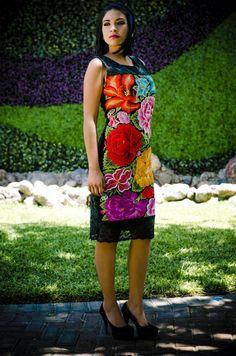 Maritza Tela: Guipur Tipo de bordado: A mano con aguja Región en que elabora: Istmo de Tehuantepec, Oaxaca, México Diseño: Vestido en corte recto sin mangas