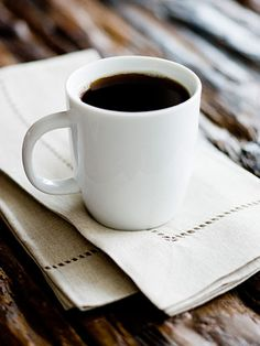 The 12 Best Coffee Beans to Buy For a rich, aromatic pot, use 2 Tbsp grounds per 6 oz water. (Add extra water to the cup for milder coffee.) For the cleanest taste, use filtered water.Read more: Best Coffee Beans - Best Tasting Coffee Coffee Club, Coffee Break, Iced Coffee, Coffee Drinks, Morning Coffee, Nyc Coffee, Coffee Shop, Coffee Maker, Coffee Talk