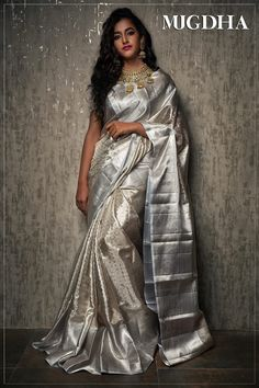 A must-have silk sari for wardrobe. All about luxurious Kanchipuram silk saree and its importance. Why it is famous among brides in south India? Kanjivaram Sarees Silk, Indian Silk Sarees, Indian Beauty Saree, South Indian Sarees, Art Silk Sarees, Pattu Saree Blouse Designs, Half Saree Designs, Sari Blouse, Sari Design