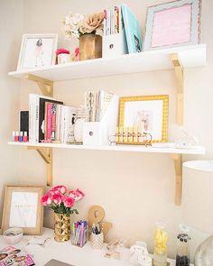 """414 curtidas, 3 comentários - DIY Home  (@diyhomebr) no Instagram: """"Inspiração para prateleira de um home office feminino. Uma boa dica para """"esconder"""" a mão francesa…"""""""