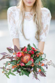Boho Hochzeitsinspiration | Friedatheres.com  red bohemian wedding  Fotos: Irina Rott Photography Kleid: Sarah Seven von Hey Love Blumen: Blumenwerkstatt Papeterie: Nicnillas Ink. Schmuck: Skusa
