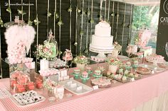 Overview of Mafalda's cake and sweets table. Lima Limão - festas com charme