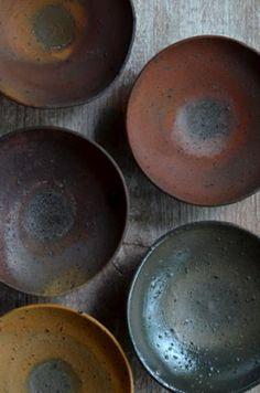 野口悦士展(~5/22迄)の4日目です。今日は曇天に雨が少し。庭木の緑が艶やかで綺麗でした。本日ご紹介するのは、野口さんの皿、碗、鉢です。種子島の鉄分の強...