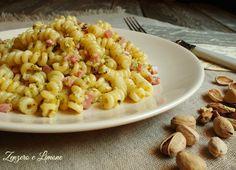 Pasta con crema al pistacchio:perfetto l'abbinamento tra il gusto delicato del prosciutto cotto e quello più saporito del trito di pistacchi e parmigiano.
