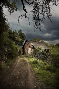 The Witches Commune (by abandoned places, abandoned house, abandoned building Abandoned Buildings, Abandoned Places, Beautiful Places, Beautiful Pictures, Amazing Places, Witch House, Old Barns, Belle Photo, Nature Photography