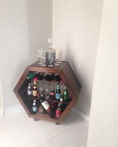 Adega de madeira: dicas, sugestões e ideias para guardar as bebidas Wine Rack, Liquor Cabinet, Storage, Furniture, Home Decor, Tips, Kitchen, Beverages, Purse Storage