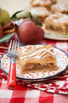 Apple Pie Bars - everything you love about a classic apple pie, in a much more portable format. Perfect for tailgating! Apple Desserts, Köstliche Desserts, Apple Recipes, Delicious Desserts, Dessert Recipes, Cannoli Cupcake, Apple Pie Bars, Perfect Pie Crust, Food Porn
