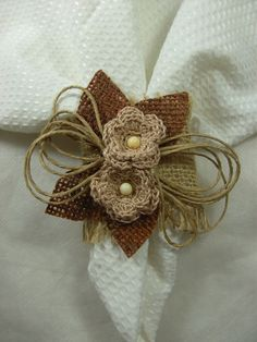 Porta guardanapo em juta com flores em crochê. www.elo7.com.br/artesdaval