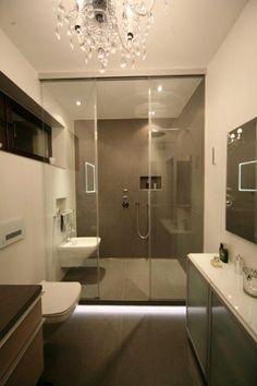 Grau Weiß Gestaltetes Badezimmer Mit Großem Duschbereich Und Kronleuchter  Im Bad